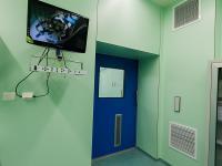 Помещение наркозной. На монитор транслируется видеозапись из операционного зала в режиме он-лайн.