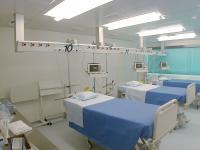 Медицинские консоли применяются не только в операционных, но и в палатах интенсивной терапии.