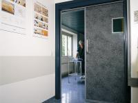Полугерметичная откатная дверь с декоративным исполнением полотна.